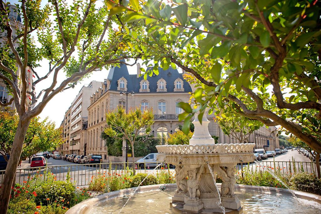 Champs Elysées, une des artères commerçantes de Paris les plus chères du monde